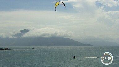 Kitesurf atrai turistas em Ilhabela - Prática do esporte depende de bons ventos.
