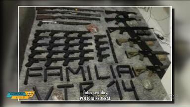 Polícia brasileira prende brasileiros suspeitos de comprar armas pesadas - Segundo a polícia, o plano era trazer as pistolas e fuzis para o Brasil para tentar resgatar o chefe de uma facção criminosa.