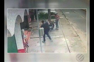 Flagrante mostra roubo de uma moto registrado por câmeras no bairro Castanheira - A vítima estava conversando depois de comprar pão quando o bandido se aproximou e anunciou o assalto.