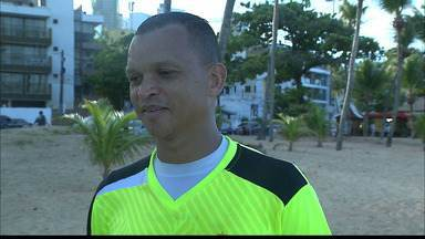 Ex-jogador da seleção brasileira é esfaqueado em assalto quando chegava em casa - Warley atualmente é gerente de futebol do Botafogo da Paraíba. Ele chegava em casa quando foi atacado por bandidos.