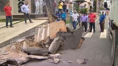 Avenida João Valério segue em obra após cratera, em Manaus - Tubulação de esgoto clandestina de um estabelecimento da área se rompeu, o que causou a abertura do buraco.