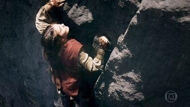 Selena pede a Ulisses que não a ajude nos exercícios - Ulisses estende a mão para ajudar Selena, mas a morena diz que consegue sozinha