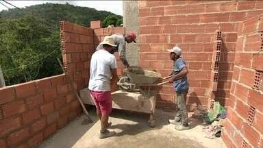 Mercado perde vagas com carteira assinada pelo terceiro ano seguido - Construção civil continua sendo o setor que mais demite. De 2014 para cá, 200 mil vagas formais de pedreiro foram fechadas.