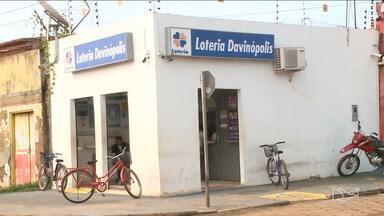 Moradores de Davinópolis sofrem com a falta de agências bancárias - Há cinco anos, caixas de uma agência foram explodidos na cidade e o local continua com as portas fechadas.