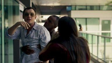 Gael agride Odair e Nádia chama a polícia - Vinícius questiona Sophia sobre o que fazer com Gael. Aura insiste que o namorado volte para a terapia