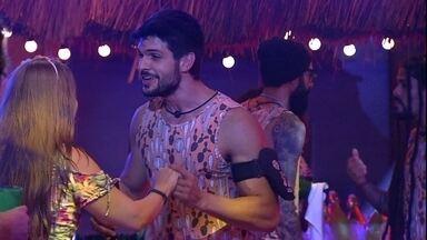 """Lucas e Patrícia dançam juntos e brother comemora: """"É nossa festa' - Lucas e Patrícia se alegram com o tema da festa"""
