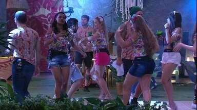 Patrícia ensina passos aos brothers na Festa Arrasta-pé - Sister comanda pista de dança