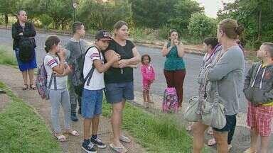 Estudantes de São José do Rio Pardo ficam sem ônibus no 1º dia de aula - Lei aprovada na cidade muda as regras do transporte escolar.