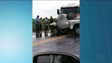 Homem morre em acidente na BR-101 em Pinheiros, ES, e pista fica interditada - PRF disse que pista só será liberada quando houver o transbordo da carga.