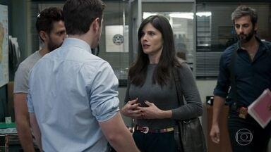 Uma mulher desiste de fazer uma denúncia ao ver Vinícius na delegacia - Bruno percebe o incômodo da mulher com a presença do delegado