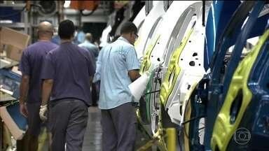 Indústria brasileira volta a crescer depois de três anos de resultados negativos - As concessionárias refletem o ânimo que vem da indústria. O bom desemprenho do setor de veículos foi determinante para o crescimento da produção industrial no ano passado.
