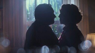Durante o jantar, Celeste e Conselheiro se beijam - Clima entre eles esquenta e passam a noite juntos