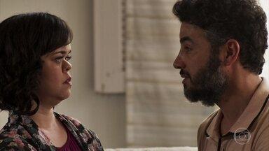 Juvenal conta para Estela que decidiu se casar - Estela estranha o comportamento de Amaro