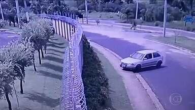 Pai e filho são lançados pra fora do carro em acidente; veja imagem impressionante - A batida aconteceu em São José do Rio Preto (SP). O pai, que estava dirigindo está internado em estado grave. O filho, de três anos, sofreu apenas arranhões.