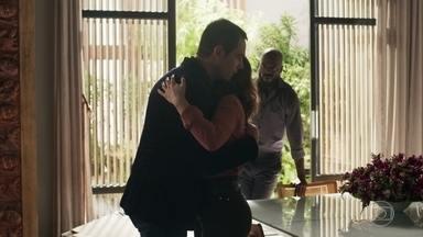 Clara se emociona com palavras de Gael e o abraça - A milionária se surpreende com atitude do ex