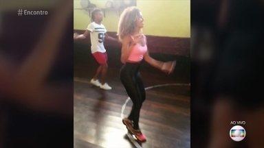 A Globeleza Erika Moura conta que usa aulas de samba para manter a boa forma - Ela revela que não gosta muito de musculação