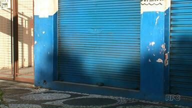 Assaltantes tentam roubar bar e são mortos pela polícia em Umuarama - A Polícia Militar informou que os assaltantes renderam dono de bar na noite de terça-feira (6).