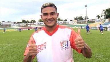 Junior Brandão, do Iporá, é o primeiro reforço do Inacreditável Futebol Clube em 2018 - Atacante perde gol incrível com a coxa de baixo da trave pelo Campeonato Goiano e topa vestir a camisa do time do Globo Esporte.