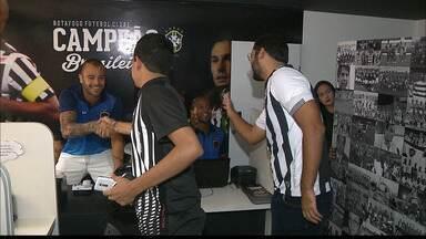 Rafael Jataí e Allan Dias tentam ajudar o Botafogo-PB a atrair mais sócios - Volantes do Belo vão à loja do clube e interagem com torcedores.