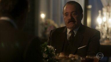 Bernardo compensa José Augusto pelo comportamento de Alzira no jantar - Bernardo diz que seria o mínimo