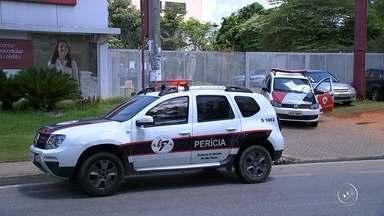 Suspeitos de furto batem carro durante a fuga e veículo pega fogo - Três suspeitos de furtar uma casa em Jarinu (SP) bateram o carro em que estavam em um caminhão ao fugir da Polícia Militar, na rodovia Edgar Máximo Zambotto, na tarde desta quarta-feira (7).