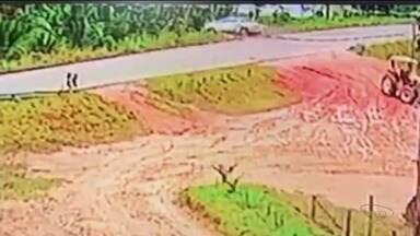 Pai e filho que morreram em acidente em Rio Bananal, ES, são enterrados - Vídeo gravou o momento do acidente, nesta terça-feira (6).