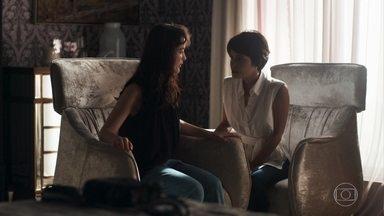 Laura conta a Adriana sobre o que viu e afirma que não irá mais voltar - Clara se preocupa com Laura, que vai embora apressada da casa de Adriana