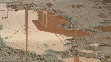 Moradores reclamam de falta de infraestrutura em bairro em São Luís - Rua José Sarney, situada no bairro Retiro Natal, na capital, está praticamente intrafegável por conta da lama que está impedindo os moradores de entrar em suas casas.
