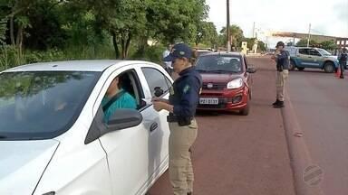 Polícias fazem fiscalização de Carnaval para evitar acidentes nas rodovias de MS - Além de apresentar as documentações, os motoristas também assistiram vídeos educativos.