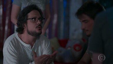 Gabriel conta para Roney que ele e Felipe sofreram um ataque homofóbico - Roney insiste em levar os dois para o hospital e avisa que fará uma queixa na delegacia