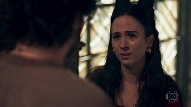 Lucrécia se emociona com a imagem de uma mãe segurando uma criança - Osiel consola Lucrécia