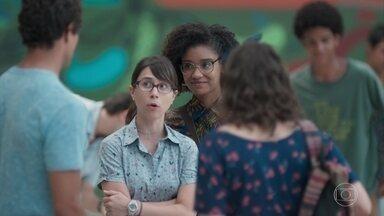 Felipe ajuda as meninas a montar o CineCora - Keyla e Tato chegam atrasados para ajudar a galera