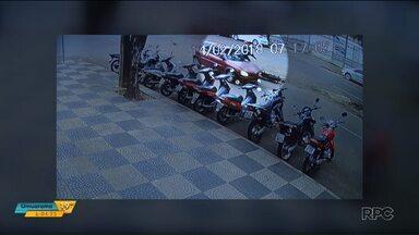 Carro arrasta moto em avenida, em Maringá - O motociclista chegou a ficar durante alguns segundos no para-brisa do carro.