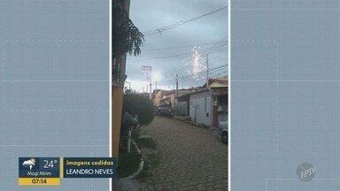Curto em poste espalha faíscas pela rede elétrica na Vila Nogueira, em Campinas - Segundo a CPFL, o problema aconteceu por causa de um curto-circuito causado por um pássaro. Cerca de 230 clientes ficaram sem energia.