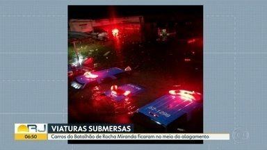 Carros da polícia ficaram submersos - Temporal alagou o pátio do Batalhão da Polícia Militar de Rocha Miranda, na Zona Norte do Rio.