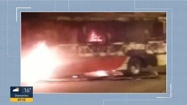 Ônibus é queimado por criminosos em Santa Luzia, na Grande BH - Cinco homens teriam incendiado o veículo