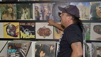 Na era do digital, muita gente gosta mesmo é da música no vinil - Bosco é um exemplo. Além de ouvir música no bom e velho vinil, ele cuida e vende discos.