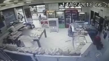 Assaltante usa máscara de carnaval ao invadir padaria em Marília; veja o vídeo - A Polícia Militar faz buscas nesta quinta-feira (15) por um homem suspeito de roubar uma padaria no bairro Nova Marília.
