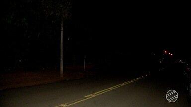 Moradores reclamam da falta de iluminação pública em bairro de Campo Grande - Situação é crítica no bairro Nova Bahia. Quem precisa sair para trabalhar de madrugada se sente inseguro.