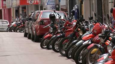 Motoristas são flagrados estacionando irregularmente em Caxias - Encontrar um estacionamento no centro comercial de Caxias é se tornou uma coisa rara.