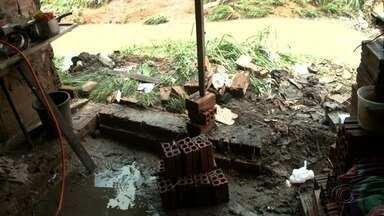 Chuva derruba parede de casa na Grota do Peixoto, no Jacintinho - Moradores perderam móveis e objetos pessoais. Ninguém ficou ferido.