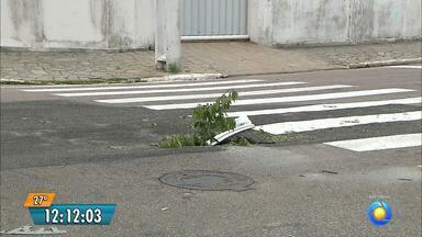 Buraco no meio da rua deixa moradores inseguros na Paraíba - O buraco fica no bairro da Torre.