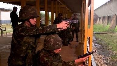 Fantástico mostra como militares se preparam para atuar em cidades - Treinamento para conflitos urbanos é realizado em Campinas.Favela cenográfica de 500 metros quadrados foi construída para preparação.