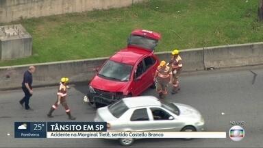 Acidente interdita uma faixa da Marginal Tietê - Batida foi no sentido da rodovia Castello Branco na pista central antes da ponte dos Remédios.