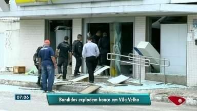Criminosos explodem agência do Banco do Brasil em Vila Velha, ES - Segundo testemunhas, um grupo de assaltantes armados renderam clientes de um bar, na avenida Santa Leopoldina, e seguiram em direção ao bar, onde explodiram a parte da frente.