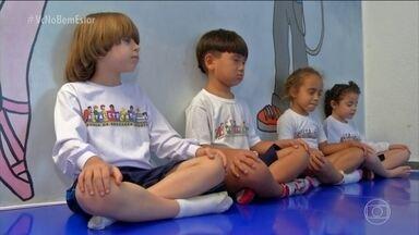 Escola experimenta a meditação com crianças - A meditação ajuda a gente a prestar atenção no agora, no que acontece no momento presente. Os exercícios na escola ocorrem duas vezes por semana, sempre antes da aula.