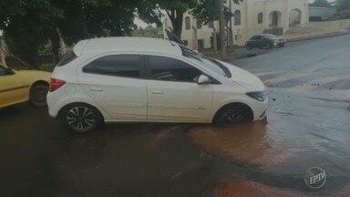 Motorista cai em buraco e afunda veículo, em Santo Antônio de Posse - Adutora de água tratada que rompeu no local piorou as condições da rua. Segundo moradores, não é a primeira vez que o incidente acontece.
