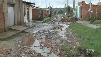 Moradores reclamam de falta de infraestrutura em Paço do Lumiar - Para amenizar a situação, algumas pessoas que residem no bairro Novo Horizonte estão tendo que colocar sacos de areia para diminuir as valas.
