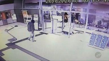 Imagens mostram entrada de assaltantes em banco de Campinas - Grupo quebrou os vidros da agência, localizada no Jardim Cristina. Suspeitos não conseguiram levar o dinheiro.