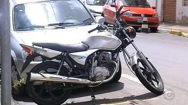 Polícia recupera moto furtada antes do dono perceber que veículo havia sumido - Em Marília (SP), a polícia conseguiu recuperar uma moto que foi furtada antes do dono perceber que ela havia sumido. Segundo a polícia, a identificação do veículo foi feita por meio de uma publicação nas redes sociais.